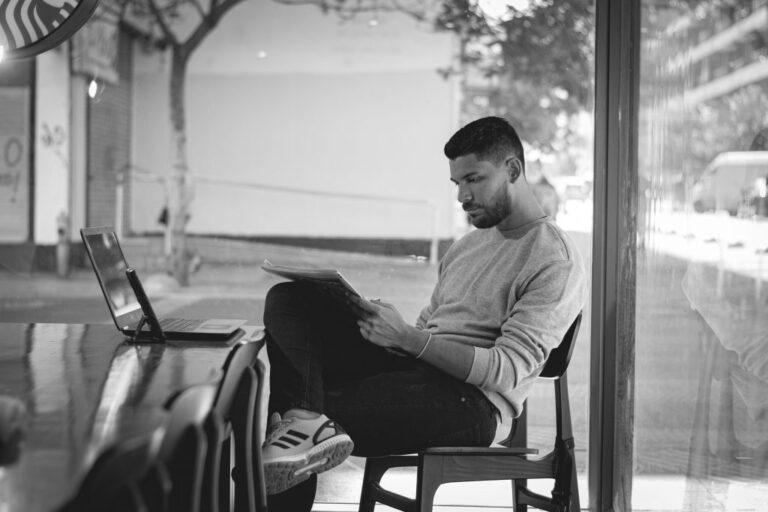 leyendo un periódico en starbucks